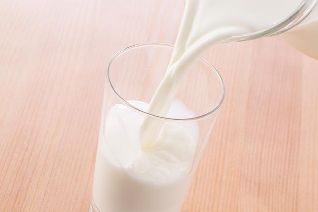 カゼインとラクトフェリンは、牛乳に含まれる成分